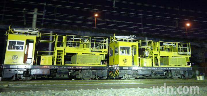 台鐵工程人員加班整備進行左營地下化軌道切換作業,要趕在天亮前把平面軌道順利切換到地下軌,迎接高雄新站啟用。記者劉學聖/攝影