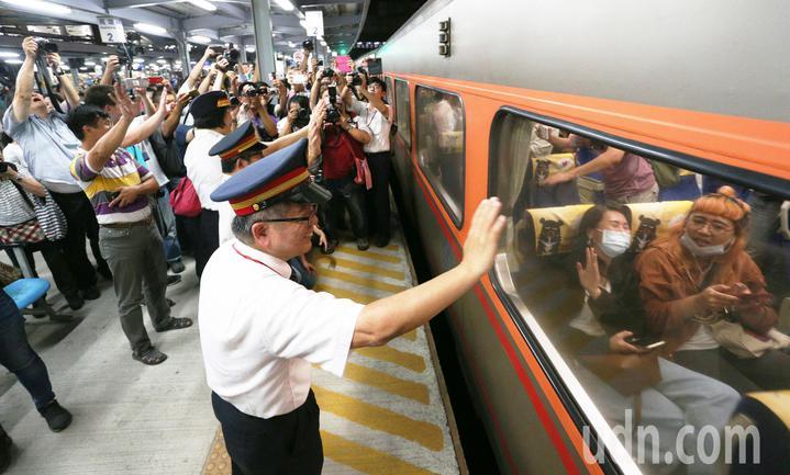 高雄車站臨時站歷任站長走上月台,在最後列車啟動離開時,站長們與鐵道迷一起揮手、向最後一班列車說再見。記者劉學聖/攝影