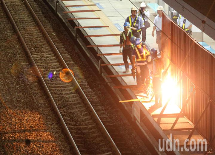 最後列車駛離後,工程人員立即將月台封閉。記者劉學聖/攝影