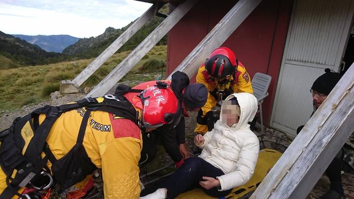 空勤第三大隊第三隊搭載消防署特搜隊今天清晨6點,前往轆轆谷山屋成功將2名腳傷山友後送下山。圖/空勤第三大隊第三隊提供