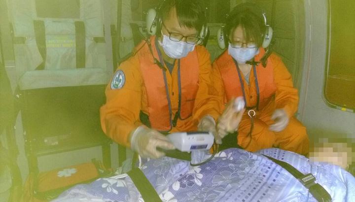 送妊娠33周早期破水的36歲綠島鄭姓孕婦,昨天晚上經黑鷹直升機即刻救援,平安後送到台東就醫。圖/空勤第三大隊第三隊提供
