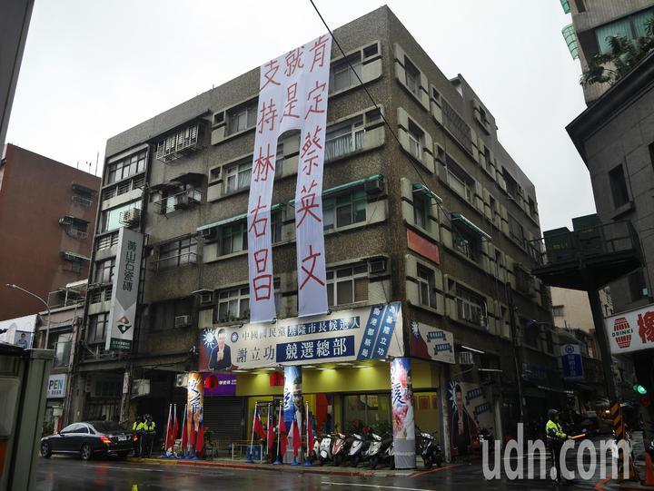 謝立功昨天在大樓掛起「支持林右昌就是肯定蔡英文」 布條,今天引發兩方論戰。記者吳淑君/攝影