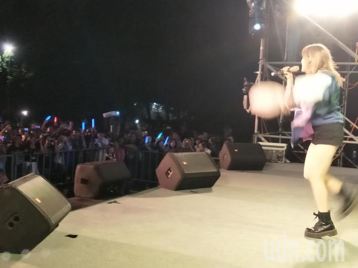 無黨籍台南市長參選人「虧雞福來爹」林義豐,今晚在新營體育場舉辦動漫搖滾音樂節,歌手炒熱氣氛。記者謝進盛/攝影