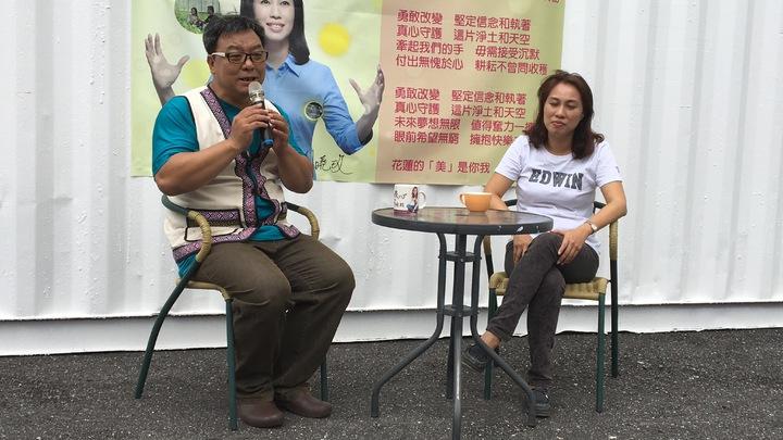 花蓮知名創作人麻海師(左)為民進黨花蓮參選人劉曉玫(右)操刀,量身打造一首競選主題曲「勇敢改變」。記者徐庭揚/攝影