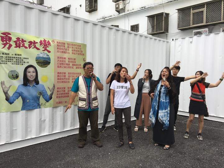 花蓮縣長候選人劉曉玫(左二)今天舉行「勇敢改變」競選主題曲發布記者會。記者徐庭揚/攝影