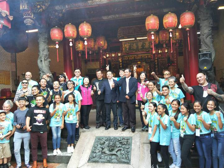 宜蘭市長江聰淵與紐西蘭、菲律賓表演團隊向媽祖祈福完畢後,在昭應宮拍照留影。記者江婉儀/攝影