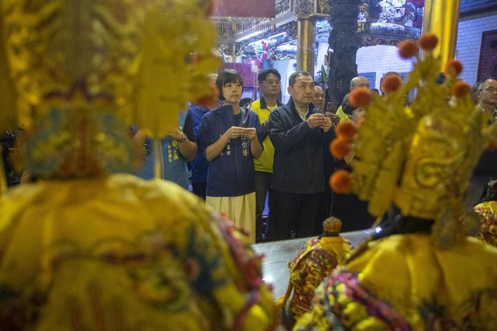 侯友宜(右起)上月中就曾到過樹林濟安宮參拜,並在附近市場掃街拜票,今下午再度前往樹林濟安宮。記者王敏旭/攝影