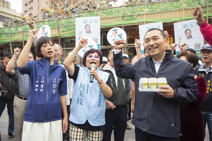 侯友宜(右)二度前往樹林濟安宮。記者王敏旭/攝影