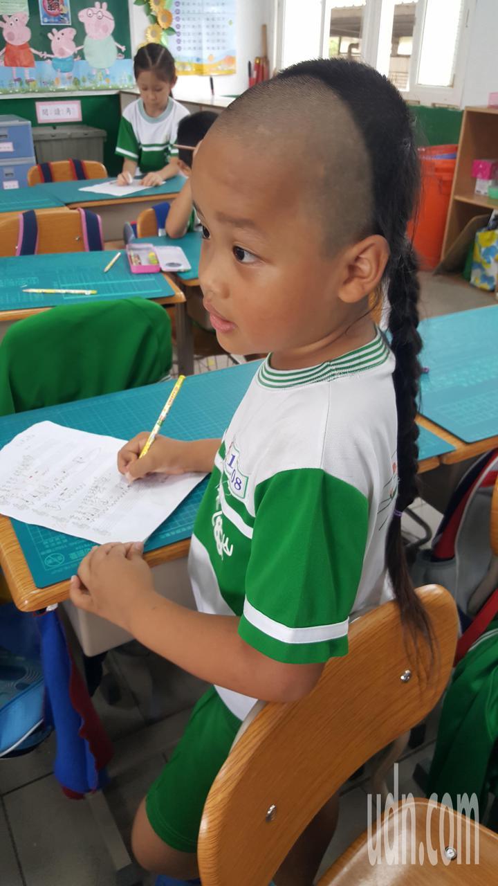 小一男童張宸翔「剃髮留辮」的清朝復古造型在校園獨樹一格。記者胡蓬生/攝影