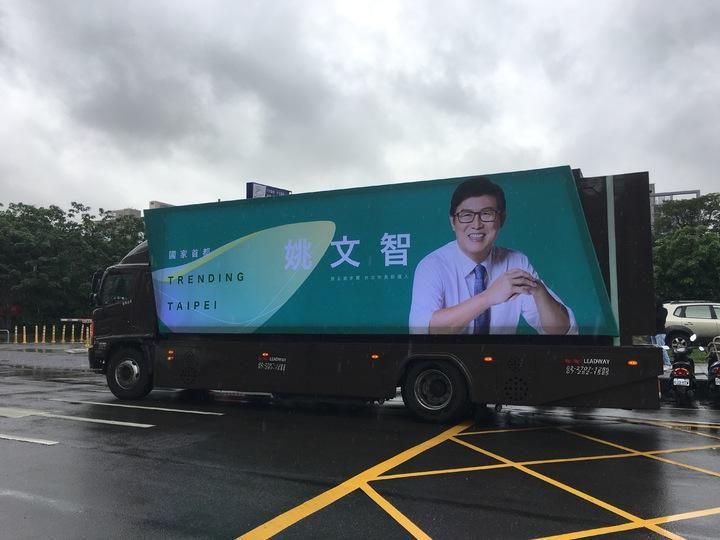 民進黨台北市長參選人姚文智今天上午突然秀出他的「行動競選總部」。記者張世杰/攝影