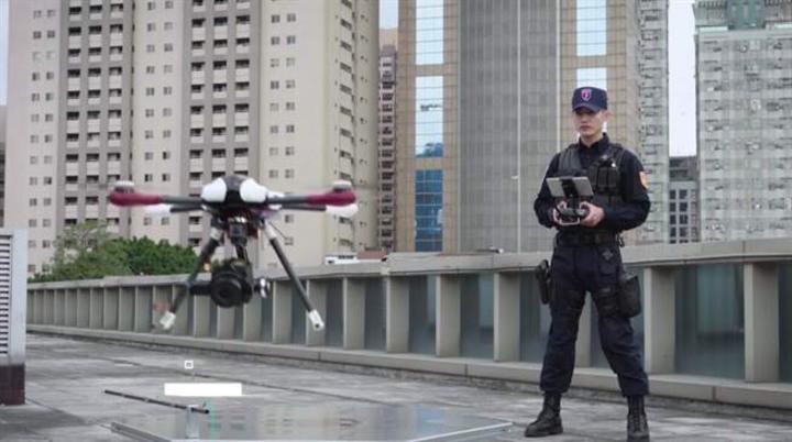 新北市保安警察大隊由12名霹靂小組成員組成全國首創的「空拍機小組」,12人今天順利結業。記者袁志豪/翻攝