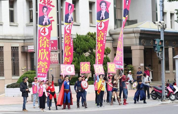 徐欣瑩團隊隊員變身超級英雄陪同上街,強化選民印象。圖/徐欣瑩競選團隊提供