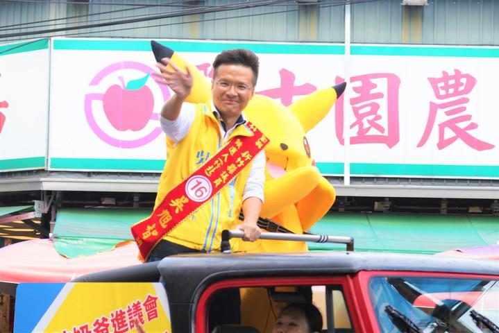 紅色吉普車載著吳旭智(左)及皮卡丘造型人偶沿街向民眾問好,強化選民印象。圖/吳旭智競選團隊提供