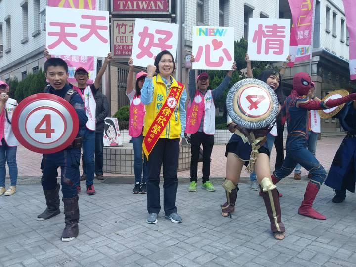徐欣瑩團隊隊員變身超級英雄陪同上街,快閃街頭,強化選民印象。圖/徐欣瑩競選團隊提供