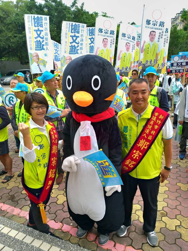 新竹市議員候選人鄭宗銘帶小企鵝人偶裝掃街拜票。圖/讀者提供