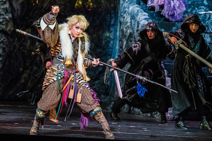 歷史逾百年的日本國寶寶塚歌劇團,首次跟台灣霹靂布袋戲合作音樂劇「東離劍遊紀」。圖/國家兩廳院提供
