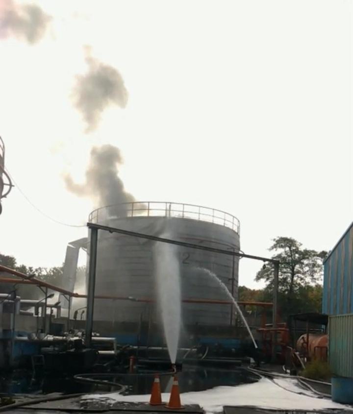 高市林園區一間材料工廠的油槽傳出爆炸失火,高市消防局已控制火勢,現進行降溫。記者林伯驊/翻攝