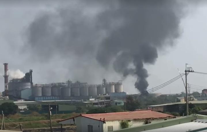 林園區某橡膠公司的子公司材料工廠大火,網友在遠處都看見濃濃黑煙。圖/翻攝自臉書爆料公社