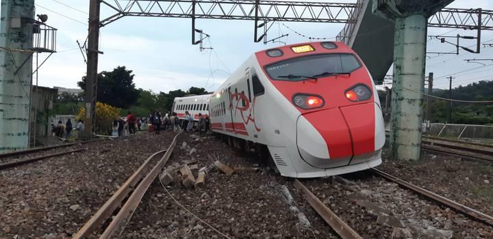 台鐵普悠瑪6432次高速行駛出軌翻覆,乘客死傷慘重。圖/旅客提供