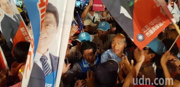 韓國瑜到台南參加市議員謝龍介競選總部成立大會,現場人群擠爆 記者修瑞瑩/攝影
