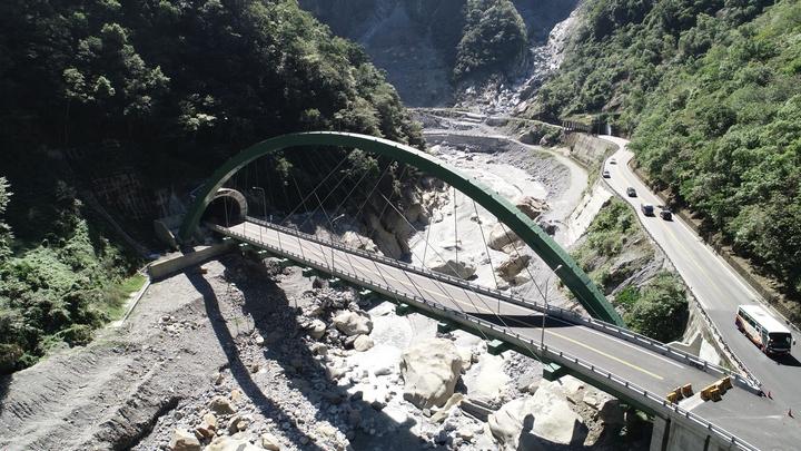 中橫公路「單跨鋼拱橋」白沙一號橋橫跨立霧溪,並與白沙隧道銜接。圖/洄瀾網提供