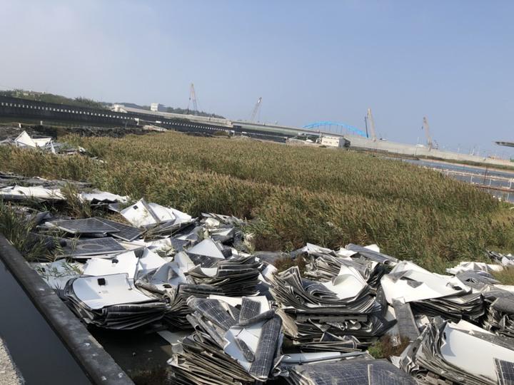 大城鄉豐美村魚寮溪旁的土地被堆置大量廢棄太陽能板。記者林敬家/攝影