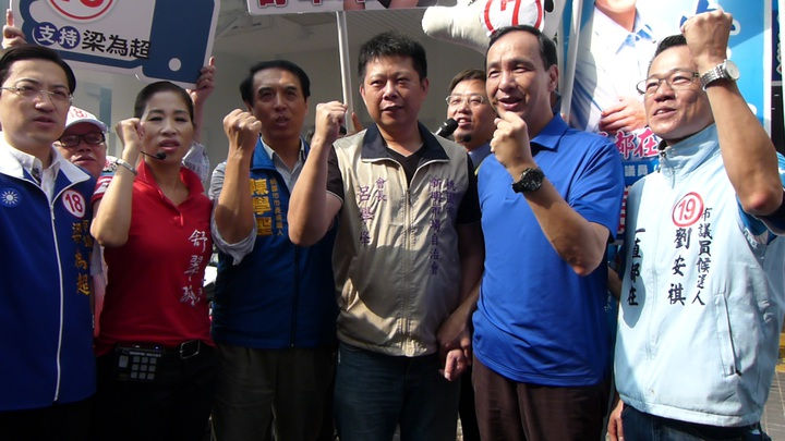 新明市場自治會會長呂學峰(右3)放鞭炮歡迎並高喊凍蒜。記者鄭國樑/攝影