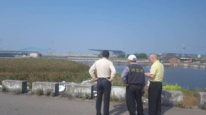 彰化縣環保局與縣調站人員今天到大城美豐村魚寮溪旁了解太陽能板被棄置的來龍去脈。圖/彰化縣政府提供