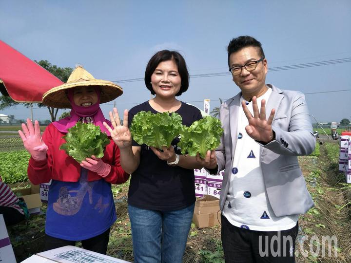 沈玉琳(右)今天南下雲林在雲林縣長候選人張麗善導覽下,體驗一日農夫。記者蔡維斌/攝影