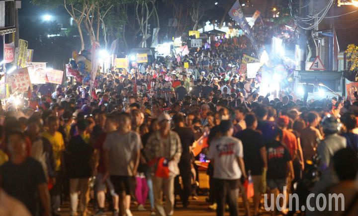韓國瑜旗山造勢大會吸引上萬人參加,場外變成大夜市吸引許多攤商前來擺攤。記者劉學聖/攝影