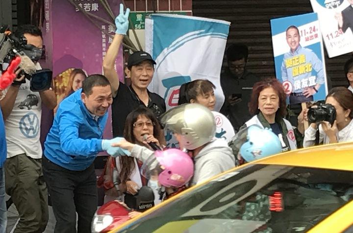 國民黨新北市長候選人侯友宜今天一早到台北橋頭拜票,有機車騎士放慢車速與他握手。記者陳珮琦/攝影