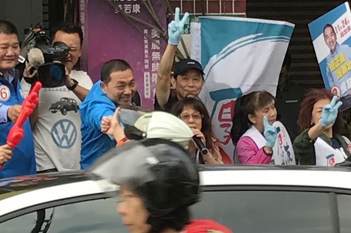 國民黨新北市長候選人侯友宜今天一早到台北橋頭拜票,有機車騎士豎起大拇指,表達支持。記者陳珮琦/攝影