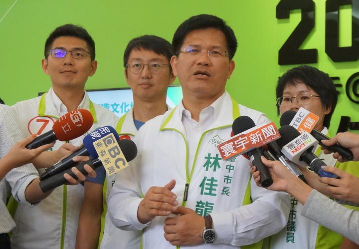 選戰倒數,台中市長林佳龍(前)今天說有對選舉結果有危機感,因為這次選舉的政治氛圍很奇特,各家民調差距很大,他呼籲支持者前往投票,不能有任何鬆懈。記者洪敬浤/攝影