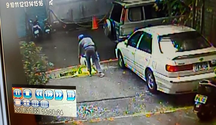 社區的油漆承包商工人在雨水溝處傾倒黃色油漆。圖/新北環保局提供