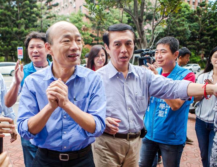 國民黨高雄市長候選韓國瑜(左)與桃園市長候選人陳學聖(右二)兩人多年好友,上月來桃園為陳學聖造勢拜票展現魅力。圖/陳學聖團隊提供