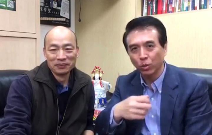 國民黨高雄市長候選韓國瑜(左)、桃園市長候選人陳學聖(右)3月21日立法院便當會直播同框,韓展現魅力。記者曾增勳/翻攝