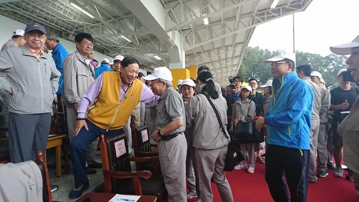 王文淵跟參加運動會的來賓寒暄。 記者/黃淑惠攝影