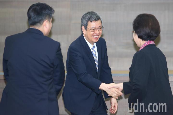 副總統陳建仁(中)上午出席2018台灣醫學週開幕典禮,與監察院長張博雅(右)等人握手致意 。記者王騰毅/攝影