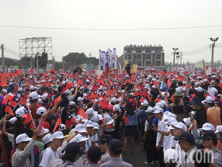 國民黨雲林縣長候選人張麗善(右)今天在西螺鎮舉辦人民怒吼、全國農漁民齊發聲大型造勢活動,高雄巿長候選人韓國瑜(左)到場助攻,現場號稱湧入三萬人。記者陳雅玲/攝影