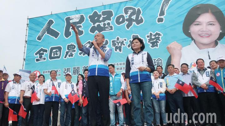 國民黨雲林縣長候選人張麗善(右)今天在西螺鎮舉辦人民怒吼、全國農漁民齊發聲大型造勢活動,高雄巿長候選人韓國瑜(左)到場助攻。記者陳雅玲/攝影