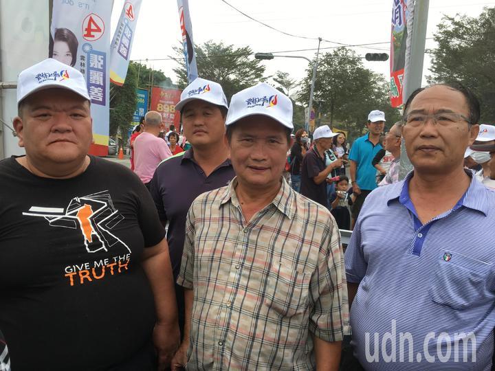 農民髮臘哥(左)今到會場向韓國瑜陳情。記者陳雅玲/攝影