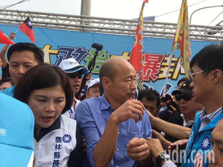 國民黨雲林縣長候選人張麗善(左)今天在西螺鎮舉辦人民怒吼、全國農漁民齊發聲大型造勢活動,高雄巿長候選人韓國瑜(右)被支持人群包圍寸步難行。記者陳雅玲/攝影