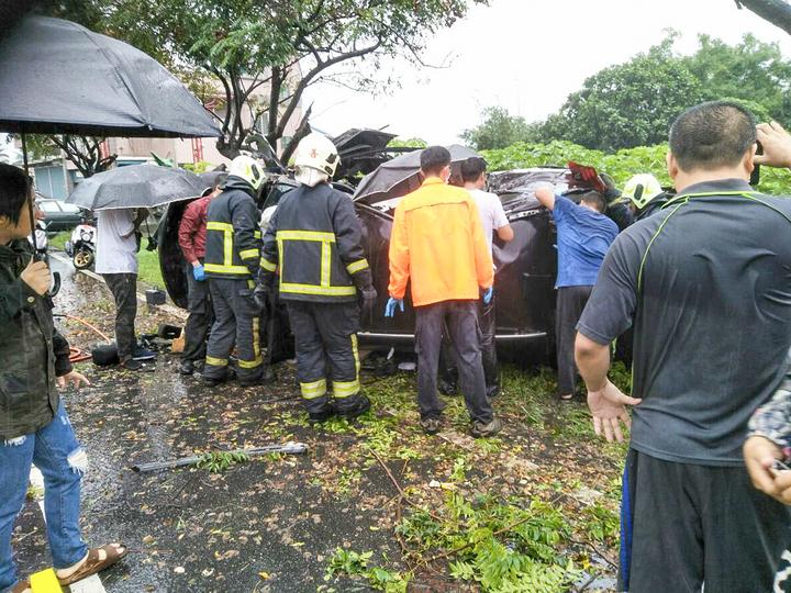 台9線188.5K北上車道今早發生車輛撞路樹意外,詳細原因警方釐清中。圖/消防局提供