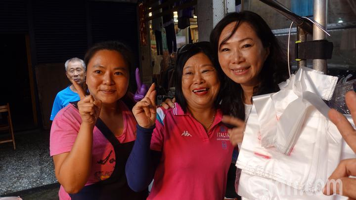國民黨高市長候選人韓國瑜的妻子李佳芬(右)也「代夫出征」投入拜票掃街,今天上午來到高市小港區二苓市場,搶攻深綠票倉。記者劉星君/攝影
