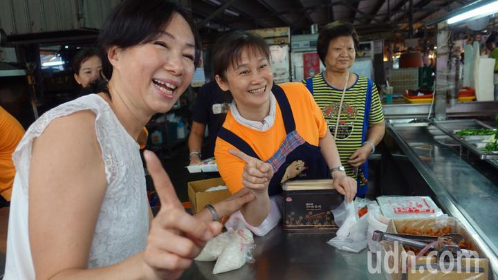 國民黨高市長候選人韓國瑜的妻子李佳芬(左一)也「代夫出征」投入拜票掃街,今天上午來到高市小港區二苓市場,搶攻深綠票倉。記者劉星君/攝影
