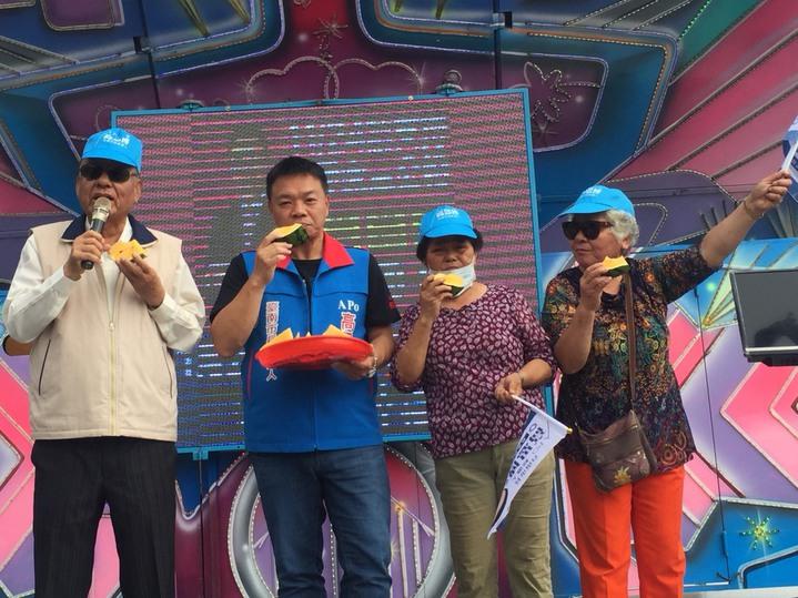 國民黨台南市長候選人高思博吃西瓜,暗喻不要投給民進黨。記者吳政修/攝影