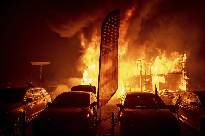 美國加州近日開始吹起強勁炙熱的沙漠風,天堂鎮的汽車經銷中心8日深夜陷入火海,據稱當地超過1000棟建築被毀,全鎮「幾乎沒有什麼留下」。美聯