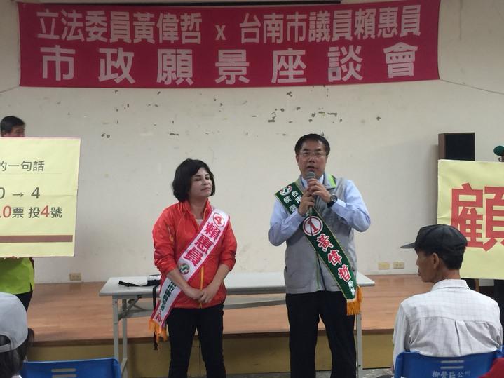 民進黨台南市長黃偉哲(右)拜託柳營區民眾再幫忙一次。記者吳政修/攝影