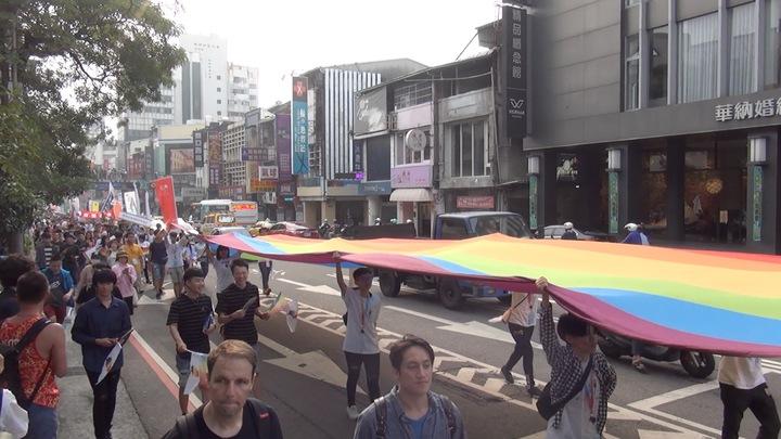 台中同志遊行聯盟今天下午在台中市北區台中公園,舉辦第八屆活動,有參加者拉起彩虹布條,十分吸睛。記者陳宏睿/攝影