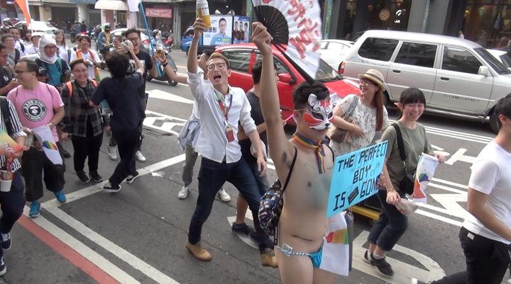 台中同志遊行聯盟今天下午在台中市北區台中公園,舉辦第八屆活動,不少參加者用心打扮。記者陳宏睿/攝影